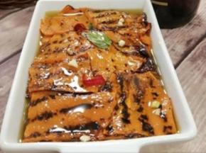 Zucca alla griglia con semi e cereali sott'olio