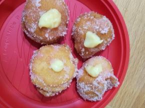 Castagnole al limone con crema pasticcera e alchermes