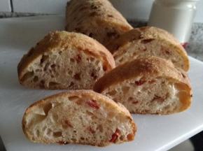 Pane con pomodori secchi sott'olio