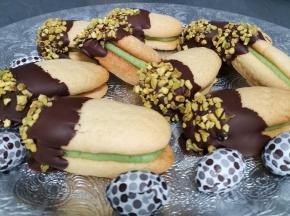 Biscolli di frolla montata all olio farciti al marzapane, e glassata al cioccolato