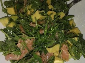 Insalata con rucola, salmone e avocado