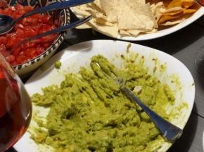 Aperitivo con salsa Guacamole