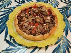 Torta salata würstel, mozzarella e funghi