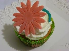 Cupcake fioriti con frosting al mascarpone e aroma al limone