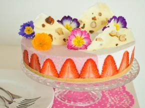 Torta panna e fragole con fiori