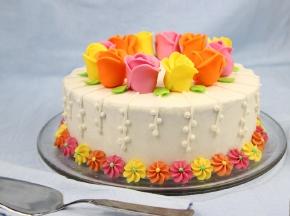 Torta primaverile con rose in pasta di zucchero
