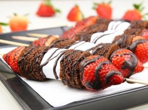 Spiedini di torta al cioccolato, marshmallow e fragole