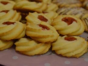 Frollini montati con marmellata di fragole