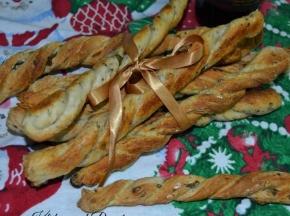 Grissini intrecciati con olive e capperi