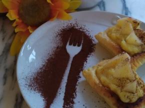 Quadrotti di pasta sfoglia con crema pasticcera