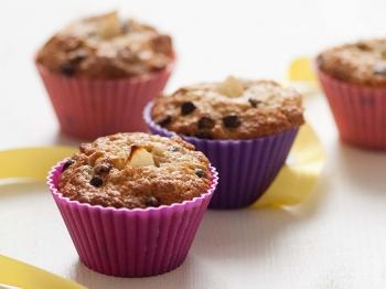 Muffin con farina integrale, gocce di cioccolato e pere