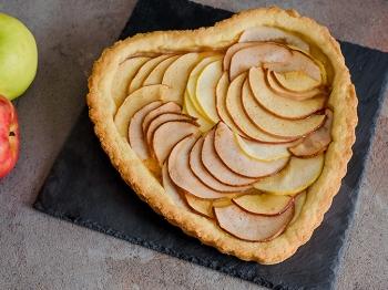 Crostata a forma di cuore con mele e pere