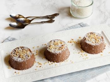 Bavarese al cioccolato e cocco con granella di nocciole
