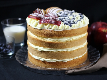Naked cake con mele e mirtilli