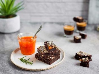 Brownie con nocciole e confettura di pesche al rosmarino