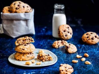 Cookies con gocce di cioccolato e arachidi salate