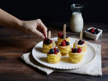 Mini pancakes stack con frutti di bosco