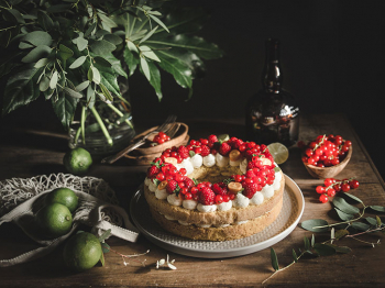 Cream Tart con pan di Spagna, crema al cocco e frutti rossi