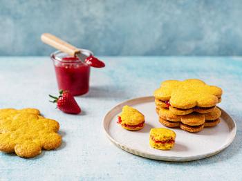 Biscotti alla curcuma e nocciole farciti con confettura