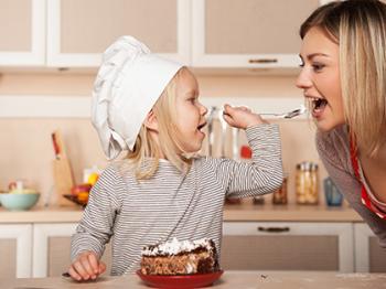 Cucina a 4 e più mani: uno sport di squadra in cucina con i bambini