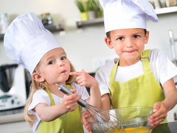 In cucina con i bambini: gli strumenti per i piu' piccoli