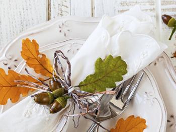 Come decorare la tavola in autunno: foglie secche mon amour