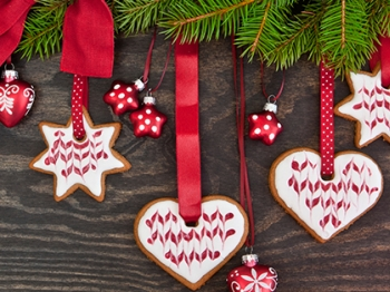 Decorare l'albero di Natale con i bambini: dai biscotti ai pop corn