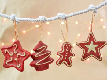 Preparate i biscotti da appendere all'albero di natale ed è subito magia