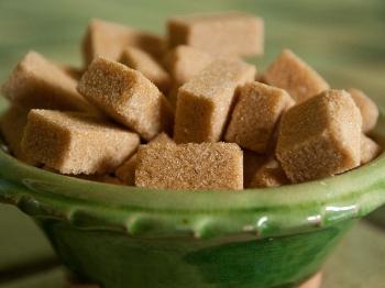Differenze e proprietà dello zucchero di canna grezzo, integrale e caramellato