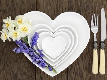 Decorazione della tavola a primavera: fiori e fioriere per una tavola semplice e profumata