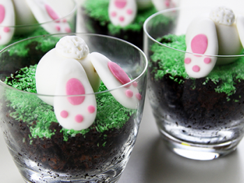 Bicchieri di torta con coniglietto in pasta di zucchero