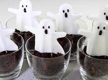 Halloween: bicchierini di torta con fantasmini di pasta di zucchero