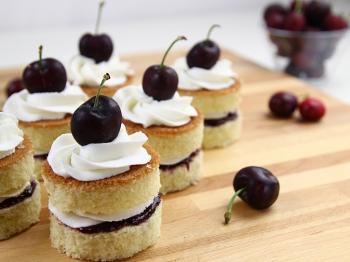Mini sponge cake con crema al burro alla vaniglia e ciliegie