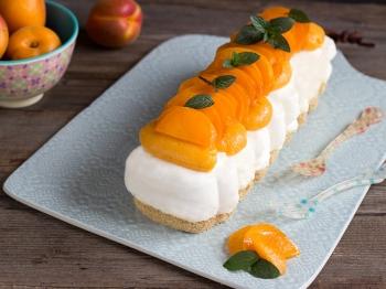 Torta fresca e cremosa con albicocche