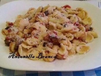 Orecchiette, pomodori secchi e salsiccia