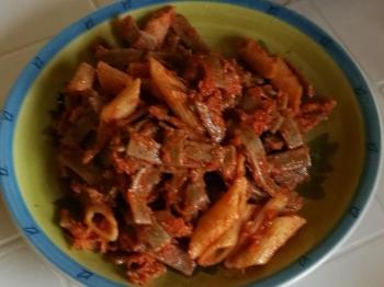 Pennette rigate al sugo di pomodoro carote e carciofi