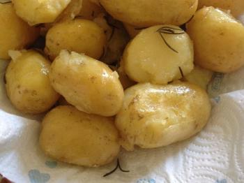 Patate novelle dell'orto cotte in forno