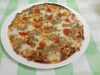 Pizza sottile,tonno cipolla e salamino piccante