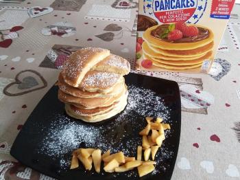 Pancake con mela e cannella nell'impasto