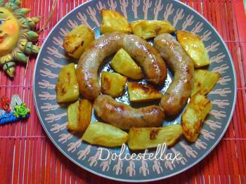 Salsiccia condita con patate al forno