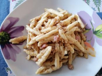 Pasta con pesto di noci e pancetta