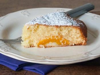 Torta margherita con pesche sciroppate