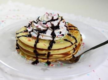 Pancake decorati per un'allegra colazione in famiglia