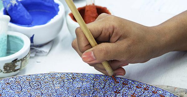 Decorazione della tavola: i piatti dipinti di Jacqueline Poirier