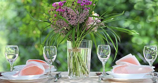 Decorazione in stile naturale: fiori e muschio a bordo tavolo