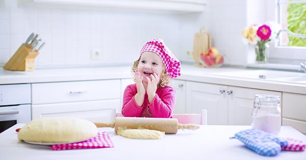 In cucina con i bambini: le attività giuste da fare in base all'età