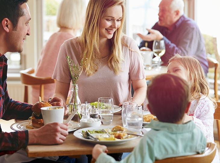A cena con i bambini: 4 consigli per un pasto sereno