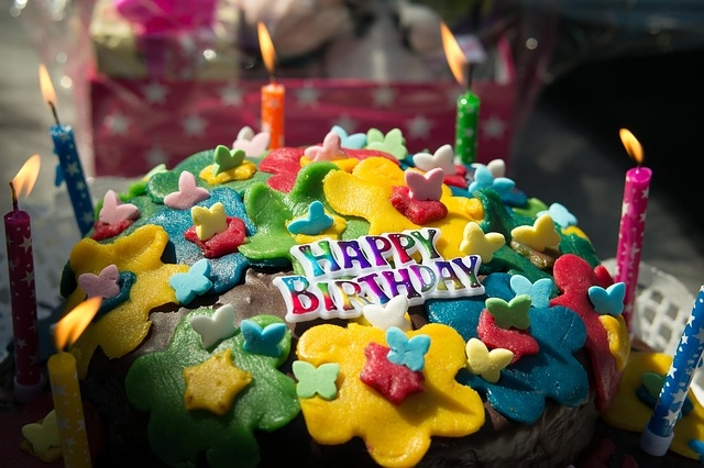 Come si fa a decorare una torta di compleanno?