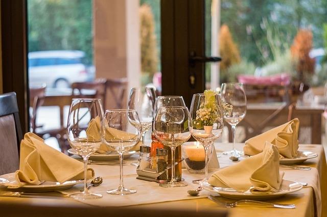 Le 9 regole per un perfetto galateo a tavola