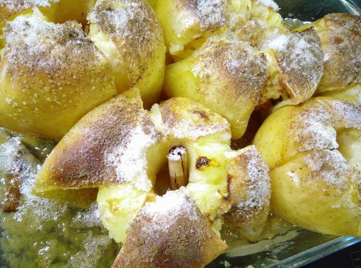 Le mele cotte al forno intere sono un dessert goloso, saporito e facile da fare